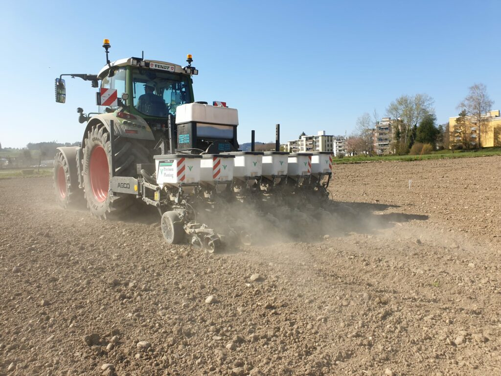 Planting sugar beets on the Swiss Future Farm under very dry conditions.